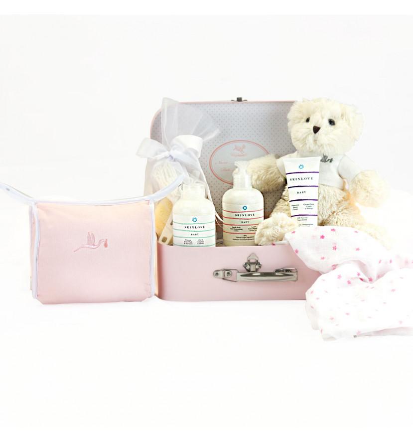 Koffer mit einem Set aus natürlichen Pflegeprodukten für Babys